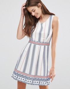 Короткое приталенное платье в вертикальную полоску Yumi - Белый