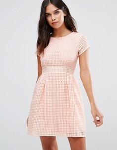 Короткое приталенное платье из сеточки Wal G - Розовый