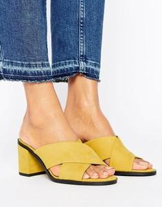 Сабо на каблуке с перекрестными ремешками из искусственной замши New Look - Желтый