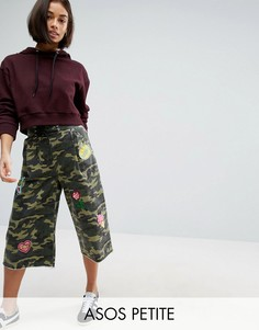 Широкие камуфляжные брюки со шнуровкой и нашивками ASOS PETITE - Зеленый