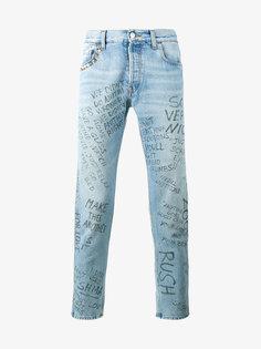 джинсы с принтом текста Gucci