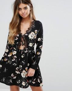 Короткое приталенное платье с принтом и завязкой спереди Boohoo - Черный