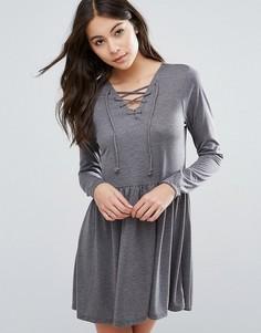 Короткое приталенное платье с завязкой Brave Soul - Серый
