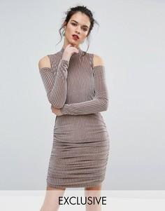 Бархатное платье мини в рубчик с вырезами на плечах Club L - Розовый