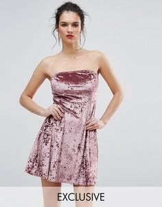 Короткое приталенное платье из мятого бархата с лифом-бандо Club L - Розовый