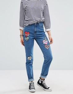 Джинсы в винтажном стиле с нашивками Glamorous - Синий