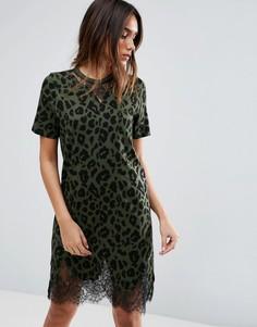 Платье-футболка с леопардовым принтом и кружевными вставками ASOS - Зеленый