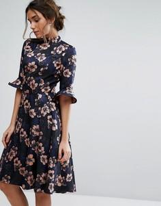 Жаккардовое платье миди с расклешенными рукавами и цветочным принтом Chi Chi London - Мульти
