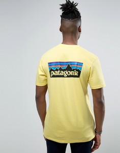 Желтая футболка классического кроя с логотипом на спине Patagonia P-6 - Желтый