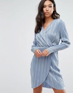 Плиссированное платье металлик с запахом Club L - Синий