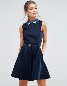Короткое приталенное платье с контрастным воротником и поясом в цветочек Closet - Темно-синий
