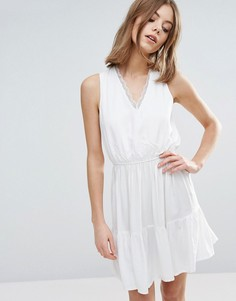 Короткое приталенное платье с эластичной талией и кружевом Vero Moda - Белый