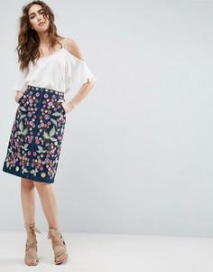 Джинсовая юбка миди с цветочной вышивкой Needle and Thread - Синий