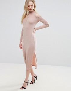 Платье с открытыми плечами и вырезом капелькой Glamorous - Розовый