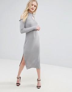 Платье с открытыми плечами и вырезом капелькой Glamorous - Серый