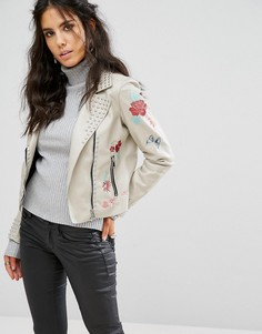 Байкерская куртка из искусственной кожи с вышивкой и заклепками Glamorous - Кремовый
