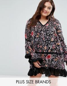 Платье с цветочным принтом и рюшами по низу Boohoo Plus - Мульти
