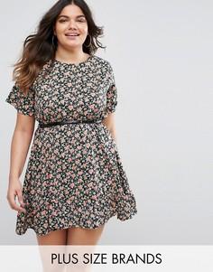 Короткое приталенное платье с цветочным принтом и рюшами Yumi Plus - Черный