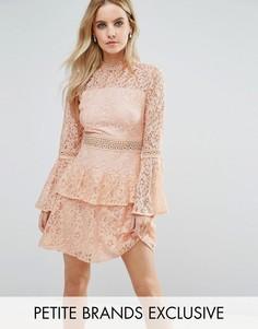 Ярусное кружевное платье мини для выпускного премиум-класса John Zack Petite - Розовый