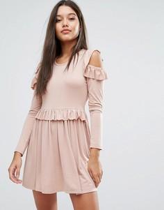 Платье мини с открытыми плечами и оборками Missguided - Розовый