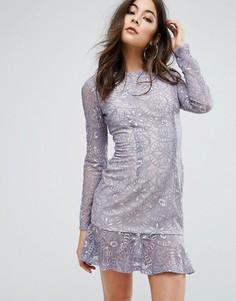 Кружевное платье мини с оборкой по низу PrettyLittleThing - Синий