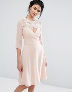 Кружевное платье миди с вырезом в форме сердца и рукавами 3/4 Elise Ryan - Розовый