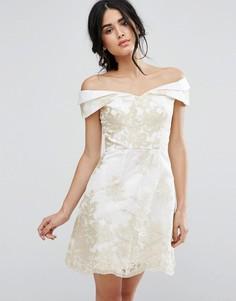 Платье-трапеция с вышитым кружевом цвета металлик Chi Chi London - Кремовый
