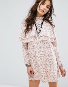 Цельнокройное платье в цветочек с оборками спереди Glamorous - Бежевый