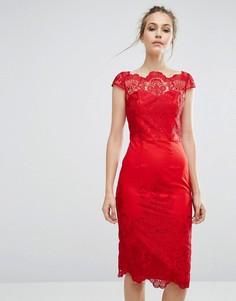 Платье-футляр с кружевом и широким вырезом Chi Chi London - Красный