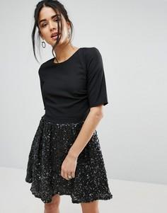 Короткое приталенное платье с блестящей юбкой Little Mistress - Черный