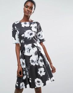Короткое приталенное платье с рукавами 3/4 и цветочным принтом Traffic People - Мульти