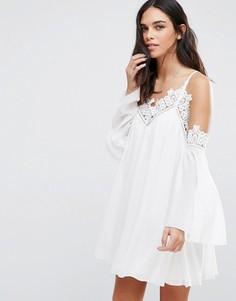 Свободное платье с открытыми плечами и отделкой кроше Parisian - Белый