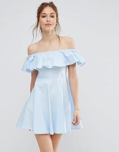Платье с открытыми плечами и оборкой QED London - Синий