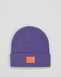Фиолетовая шапка-бини с оранжевой нашивкой ASOS - Фиолетовый