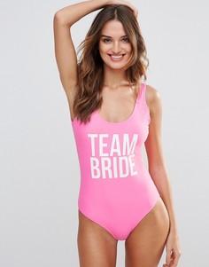 Слитный купальник с принтом Team Bride Missguided - Розовый