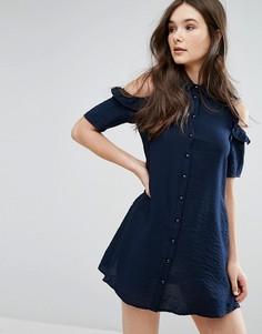 Платье-рубашка с открытыми плечами и оборками QED London - Темно-синий