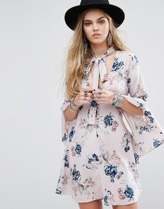 Чайное платье на пуговицах с расклешенными рукавами и завязкой у горловины Honey Punch - Мульти