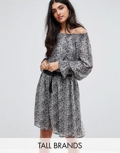 Короткое приталенное платье с открытыми плечами, принтом и широкими рукавами Y.A.S Tall - Мульти