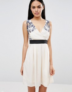 Короткое приталенное платье с кружевным верхом Pussycat London - Кремовый