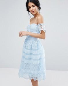 Платье миди с открытыми плечами и кружевом Chi Chi London - Синий