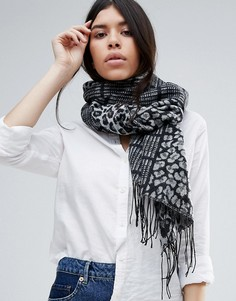 Широкий шарф с леопардовым узором и узором в клетку тартан Lipsy - Серый