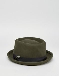 Шляпа цвета хаки с плоской круглой тульей и пером ASOS - Зеленый