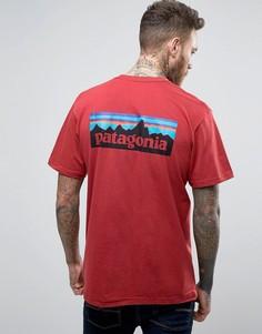 Красная футболка классического кроя с логотипом на спине Patagonia P-6 - Красный