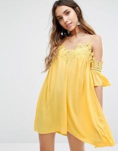 Свободное платье с открытыми плечами и кружевной отделкой Kiss The Sky - Желтый