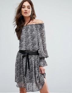 Платье с открытыми плечами и принтом под кожу питона Y.A.S - Мульти