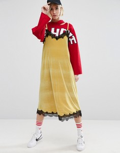 Бархатное платье миди на бретельках с контрастным кружевом STYLENANDA - Желтый