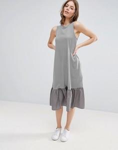 Платье миди в полоску с контрастной оборкой по краю ASOS - Мульти
