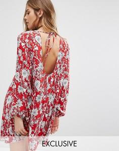 Свободное платье с открытой спиной и цветочным принтом Reclaimed Vintage - Красный