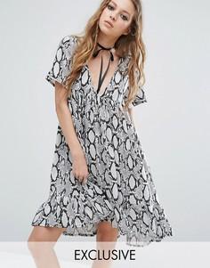 Платье со змеиным принтом и V-образным вырезом с лентой Milk It - Мульти