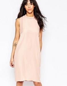 Платье-футляр с высоким воротом без рукавов Minimum - Розовый